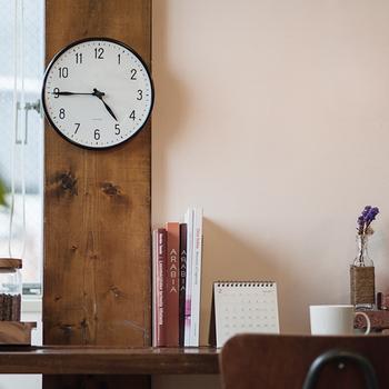 一日に何度となく目にする時計。お部屋のポイントにもなるから、シンプルで良いものを選びたい。新年の模様替えやプレゼントにおすすめの素敵な時計をご紹介します。