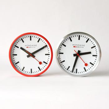 シンプルながらボリュームのあるデザインで、親しみやすさを覚えます。秒針が赤く、先端は丸くデザインされているのもかわいらしい。