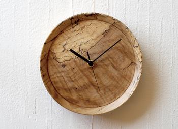 虫食い材を使用した時計は、同じものは二つとないオリジナリティがあります。世界で一つの表情を持った時計はお部屋の主役になりそう。