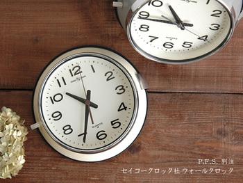 防塵性の高さから、以前は都バスで使用されていた時計のデザインです。見やすく丈夫な作りで頼もしいのにかわいらしい。アイボリーとグレーは別注カラーで特別な仕様です。