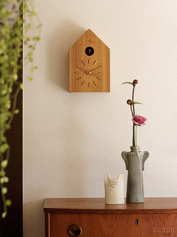 森林整備により伐採された木材で作られた時計です。インデックスや針も木で作られています。鳩はふいご式で柔らかな鳴き声です。