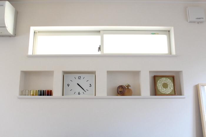 壁掛け時計で、横長の四角い時計ってありそうでないかもしれません。駅に置いてあるような、ちょっとまじめそうでカチッとしたデザインながら、文字盤に可愛らしさを感じさせます。