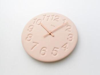 珪藻土で作られた時計は独特の質感が柔らかでナチュラルです。陰影で見せる文字盤の数字も凝っています。ピンクの他に、ホワイトとグリーンがあります。