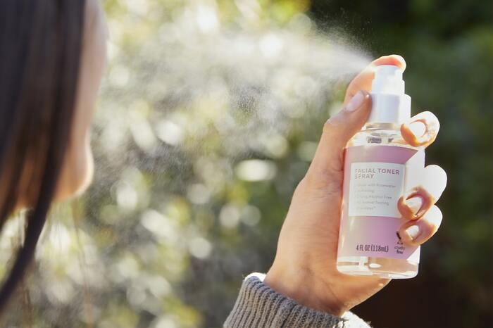 乾燥が気になる冬の時季は、ポーチの中やデスクの上に「ミスト化粧水」を常備しておくと、いつでもどこでも保湿できて便利ですよね。お気に入りの香りのミストならリラックス&リフレッシュ効果も◎。心地よい香りを楽しみながらスキンケアできますよ。