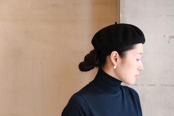 帽子を合わせやすい髪型ナンバーワンは、そのまま被るだけできまるショートヘアですが、髪の長い人はローポニーやシニヨンで後ろにまとめて、顔の輪郭を出すとすっきり大人っぽい雰囲気になります。
