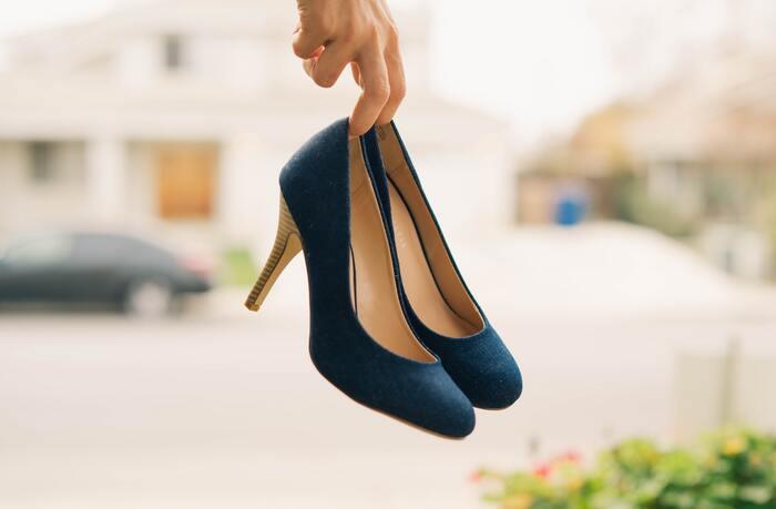 履きたいデザインの靴があっても、足の形に合わずに痛みが出てしまうことがありますよね。特に、つま先が細いデザインの靴は外反母趾などの悩みがあると、履き続けるのが辛くなってしまいます。
