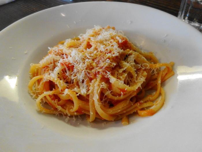 人気のランチセットは、前菜とパスタに、パンとドリンクがついています。  こちらの過去のメニューは、トマトとペコリーノチーズのリングイネです。もっちりしたリングイネに絶妙な甘さと酸味のトマトソースが絡んでとっても美味しい!上にかかっているペコリーノチーズも一緒に絡めて、幸せタイムを味わってください。