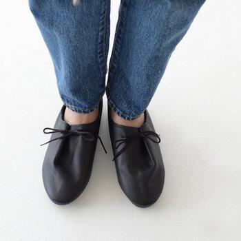 イギリスのブランド「クラウン」のシューズは、練習用ダンスシューズがルーツです。細身でシンプルなデザインは、どんなファッションにも合わせやすく、毎日でも履きたくなるアイテムです。