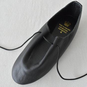 柔らかな革を使用して優しく足にフィットするので、長時間履いていても痛くなりにくいんです。ダンスシューズを元にしているので、とても軽いのも特徴です。