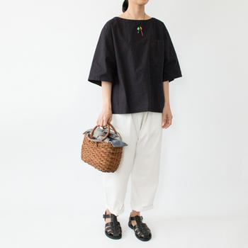 ダックフィートのサンダルは、夏のモノトーンコーデにもぴったり。黒でも暑苦しくない印象で履きこなせます。