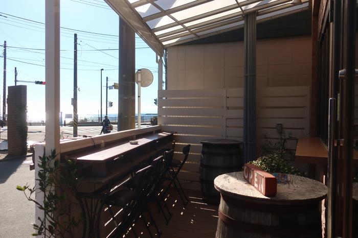 お店から一歩出れば、そこは海。天気がよければ、キラキラと光る海を眺めながら、テラスで一杯を味わうことも・・・。五感を研ぎ澄ませてくれるひと時を楽しめます。「イル ビッライオ」は地元民にもファンが多い素敵な名店です。