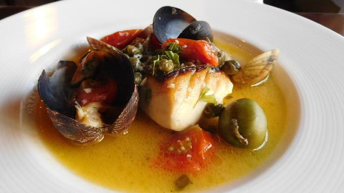 こちらは、ケッパーとオリーブが効いた、鮮魚のアックアパッツァ。魚から滲み出るお出汁も美味しい! 特別な記念日にも利用したい、とっておきの古民家イタリアンです。