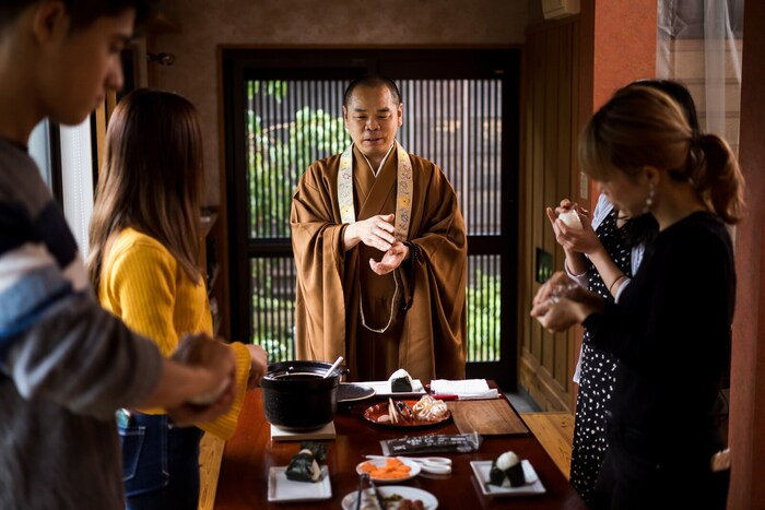 お寺を参拝するだけでなく、精進料理を自ら作って頂く体験ができれば、より仏教の世界の理解が深められそうですよね。そんな精進料理の作り方を住職やその奥さんが教えてくれるクッキング体験がこちら。