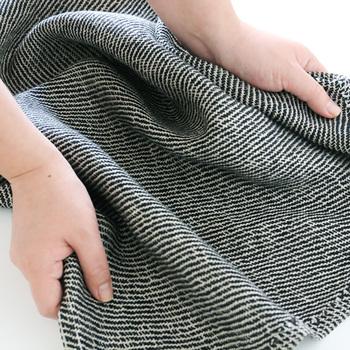 薄手の素材となっていますが、水を吸収することでふんわりとした質感に早変わり*肌触りもとっても滑らかでさらに乾きも早いので、菌の繁殖を防いでくれるため、清潔に保つことのできるバスマットとなっています◎