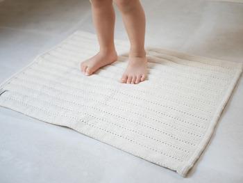 赤ちゃんに使いたくなる優しい素材が特徴のバスマットブランド「&NE」は、なんとオムツで使用されている素材を使って作られたバスマットなんです!そのため、吸水性に加えて抗菌・防臭にも優れ、速乾性も良いんです♪