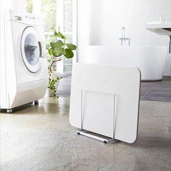 最近は、板タイプの珪藻土バスマットが人気♪その珪藻土バスマットの速乾性を高めて清潔に保てるのがこの「バスマットスタンド」です。幅を取らないデザインですので、バスルームに置いても邪魔にならないのでとてもおすすめなアイテムです◎