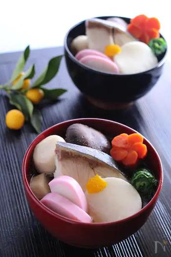 博多のお雑煮は、あごだしを使ったすまし汁で、縁起物の出世魚・ぶりや、同じく縁起のいいかつお菜(勝つ)が入っています。鶏肉が入ることも。かつお菜は、小松菜で代用できます。
