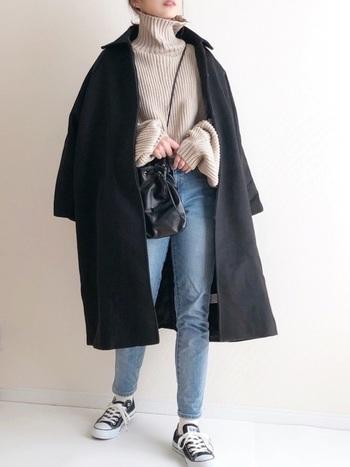 シンプルコーデを着こなすなら黒アウターがおすすめ。小物も黒で揃えて、統一感を出しましょう。
