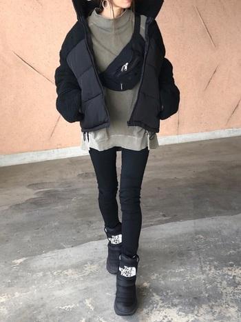 明るいカラーと合わせがちな黒。あえて暗いトーンのくすみカラーと合わせることで、個性的に仕上がります。重く見えすぎないように、アウターはショート丈がおすすめ。