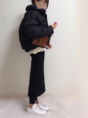 カジュアルになりがちなダウンも、黒ならドレッシーに。タイトスカートと合わせて、カジュアルなのにエレガントな新鮮コーデに仕上げましょ。