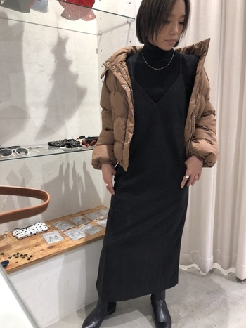 カジュアルな黒キャミワンピも中に黒トップスを着ることで上品ワンピ見え。肌を見せない分、アクセサリーできらめきを加えて。
