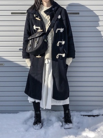 白のざっくり編みニット×ダッフルコートは冬定番のほっこりコーデ。アウターを黒にするだけで、こんなに大人っぽく仕上がります。