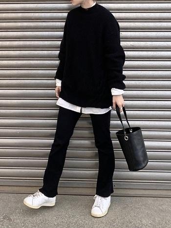カジュアルの代名詞、スキニー×スニーカーコーデも黒をメインにまとめることで洗練された印象に。バッグはレザー素材にすることで、さらに上品にまとまります。