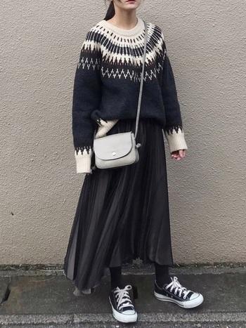 風になびく薄い生地のスカートは厚手の服が増える冬だからこそ着たい。ほっこりなノルディック柄コーデの印象を鮮烈に変えて。