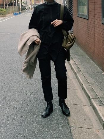シンプルで着心地がよく、暖かい服は寒い冬のお出かけにぴったり。でも、どうしてもカジュアルになりがちなのが悩みところ。そんなときは、全身黒でまとめてしまうのがおすすめ。きちんと感あるスタイリッシュなコーデに仕上がります。