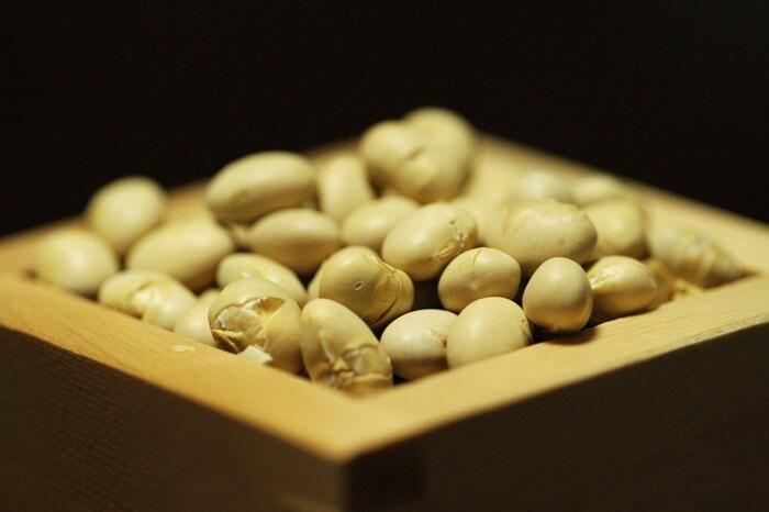 穀物である大豆には、邪気を払う力や生命力があるとされていました。そのため炒った大豆を福豆として豆まきに使ったのです。豆を炒る理由は、豆から目が出ると縁起が悪いとされているから。生のままだと、掃除し忘れた豆から芽がでる可能性があるため必ず炒った豆を使います。「鬼の目(魔目)を炒る(射る)」という意味に通じるともいわれています。