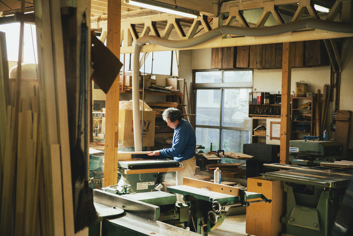 木をカットし、打ち、削る。工場のいたるところで小気味よい音が飛び交う