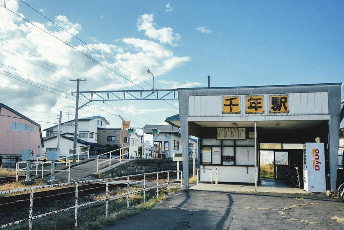 江戸時代に津軽藩の藩主が、岩木山を見渡せるこの地を一大行楽地にしようと「千年山」と命名したことが現在の地名の由来。「ものづくりで人々の生活に夢を潤いを提供したい」という願いとこの地名の由来が重なることから、トップブランドを「CHITOSE」と名付けた