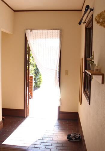 風水を考えるうえで、玄関は「良い運気を取り込み、悪い気を締め出す」という、とても大切な場所です。  「金運を招く」と言われており、いつも気にかけておきたい場所のひとつです。