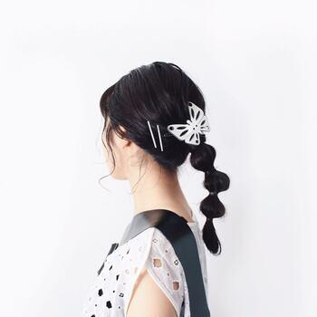 たまねぎヘアに大ぶりの蝶々のヘアピン。同色の直線ピンも重ね付けして、バランスのいいヘアスタイルに仕上がっています。蝶々のヘアピンはフランス製のデッドストック。可愛くなりすぎず、かっこよさも感じさせて素敵です。