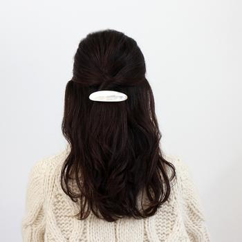 有機的な白のバレッタが黒髪に映えて凛とした雰囲気。ナチュラルファッションともすっと馴染む合わせ方です。ハーフアップの上の方にバレッタを置くのではなく、やや下に配置したのがポイント。いいバランスでまとまっています。