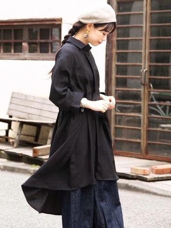 ロングの編み下ろしに、長めの前髪を見せてすっぽり被ったベレー帽スタイル。ダークトーンで統一したコーデにシック調和した大人っぽいフェミニンコーデです。