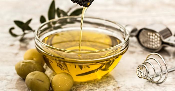 ちょっと大人な香りが贅沢なオリーブオイル。他のアイテムに比べさらっとしているため粒子が少ないと垂れてしまうので、1:1の割合でよく混ぜるともったりとした質感に。唇に乗りにくい時は、ラップで数分程パックするのがおすすめです。