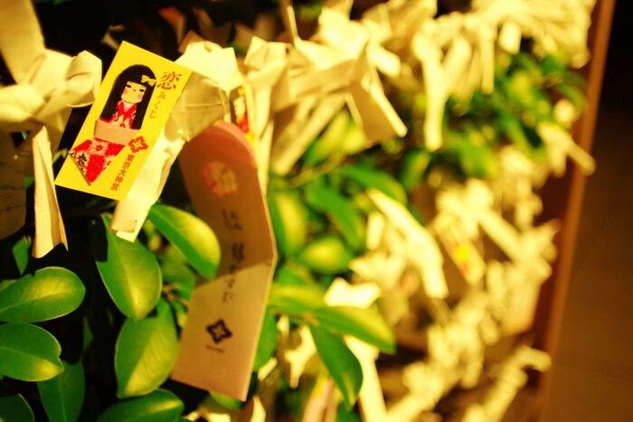 和紙のお人形が付いた「恋みくじ」は、ひとつひとつお人形の表情や着物の色柄が違うんですよ。恋愛を成就させるためのアドバイスも記されているので、時折読んで参考にしたいですね。