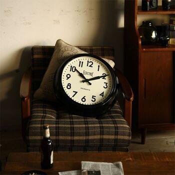 シンプルだけれど、時計が主役になるような存在感があるアイテムが欲しい。なら、大きめサイズはいかが?ヴィンテージ感溢れるデザインで、カッコいいお部屋にも良く似合う。