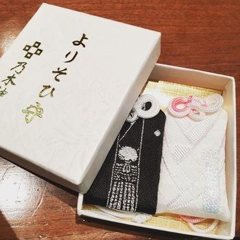 乃木神社で人気の「よりそひ守」。新郎の紋服、新婦の白無垢をあしらったデザインは、これから夫婦となる2人が末永くよりそうようにと願いをこめられています。新婚生活をスタートする方や結婚祝いにもぴったりのお守りですね。
