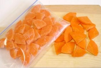 「ダイレクトフリージング」は洗った野菜を切り、水気を切ってそのまま冷凍するだけ、という簡単やなりかた。しかも凍ったまま調理できるので解凍の手間も不要なんです。筆者も、にんじん、たまねぎ、大根、かぼちゃ、きのこ類…など、冷凍庫にカット野菜をストックするようになりました。