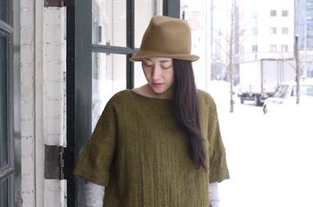ロングヘアでまとめない場合は、帽子を深めに被ってすっきりとメリハリをつけると、ハットと髪が調和してグッと洗練された印象になります。