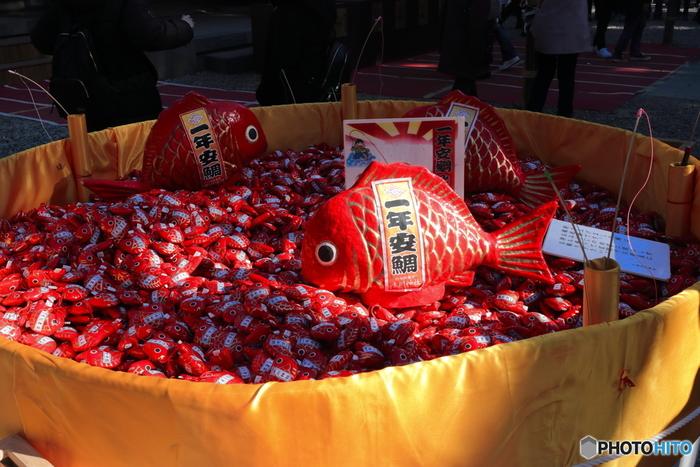 真っ赤な鯛は「一年安鯛」のおみくじ。ユーモアのあるネーミングとキュートな鯛は幸せを運んできてくれそう。「あい鯛みくじ」「一年安鯛」どちらもバッグや携帯につけられるのもうれしいですね。