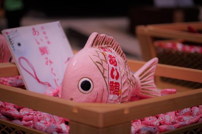 手のひらサイズの小さな鯛は、良縁を占う「あい鯛みくじ」。鯛の口についているストラップに釣竿をひっかけて釣るんですよ。こんな遊び心のあるおみくじは、子供だけでなく大人もワクワクしますね。