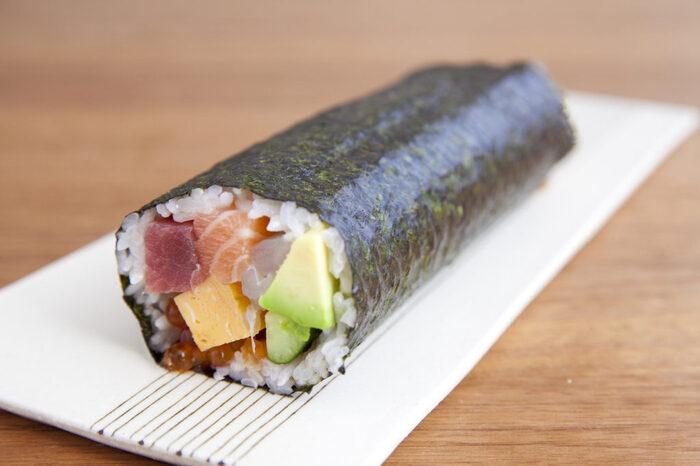 こちらはサーモンやまぐろ、鯛など海鮮をたっぷり巻いた豪華な恵方巻です。恵方巻は7つの具材を入れると縁起がいいとされているので、こちらも7種類の具材が入っていますよ。