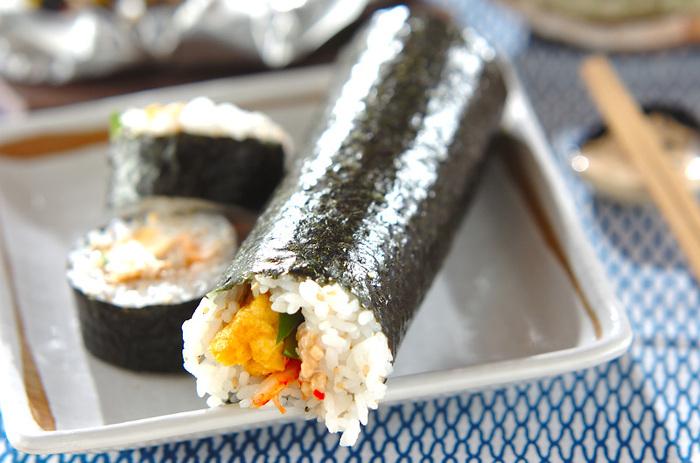 こちらは白菜キムチ、ごま油で和えた納豆を使った韓国風の恵方巻き。キムチや納豆、キュウリなどいろいろな食感が楽しめます。巻き海苔を韓国海苔にしてもおいしそうですね♪普通の太巻きに飽きた時におすすめです。