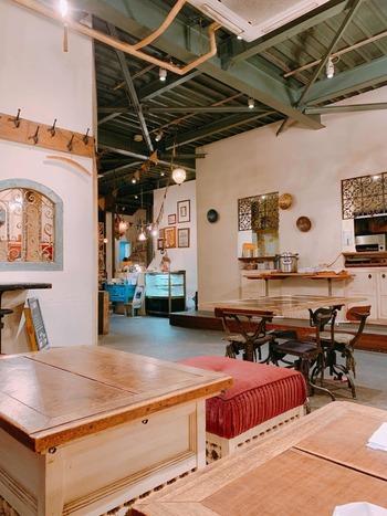 倉庫のような大空間をリノベーションしたカフェ。テーブル席、カウンター席はもちろん、ゆったりくつろげるソファなど50席ものキャパシティ。※ペットの入店OK。