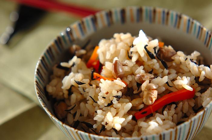 こちらは福豆の炊き込みご飯のレシピです。ショウガが入っているので体がポカポカして、寒い季節にもぴったり。ひじきやニンジンで栄養もばっちりです。炊飯器に任せれば簡単にできるので、ぜひお試しあれ!