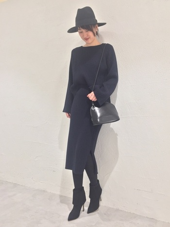 ブラックのワントーンコーデに、黒のフェルトハットが効果的に立体感を出したスタイリング。高さがあり個性的なフォルムがエッジの効いたブーツとの相性もばっちり。