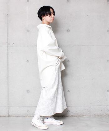 オールホワイトで作る洗練スタイル。質感や形にこだわった白のスカートでモードな雰囲気を作れます。キャップやサコッシュなどを合わせてカジュアルダウンさせても◎。